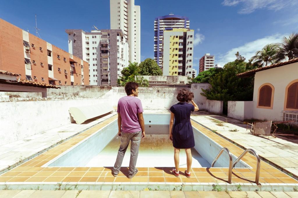 Gustavo-Jahn-e-Irma-Brown-no-filme-_O-Som-ao-Redor_-de-Kleber-Mendonça-Filho.-1024x682